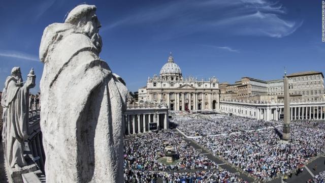Плоштадот свети Петар за време на мисата за канонизација на Мајка Тереза